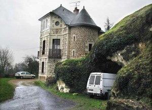The house and chai - photo courtesy of Bertrand Celce @ wineterroirs.com